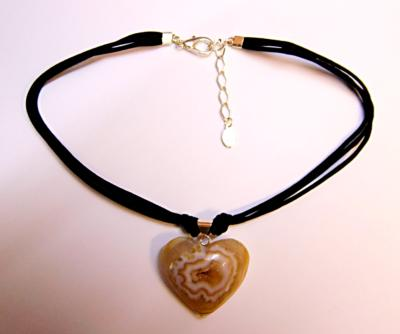 AGATE GEODE HEART PENDANT ON BLACK CORD.   SP10569PENDBX