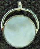 925 SILVER PENDANT FEATURING A ROUND DISC IN WHITE MOTHER OF PEARL. SPR1417PEND